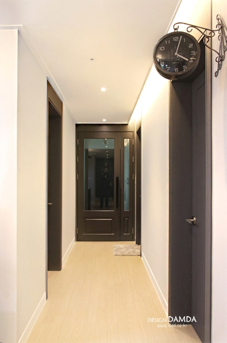 Corridor & hallway by 디자인담다, Modern