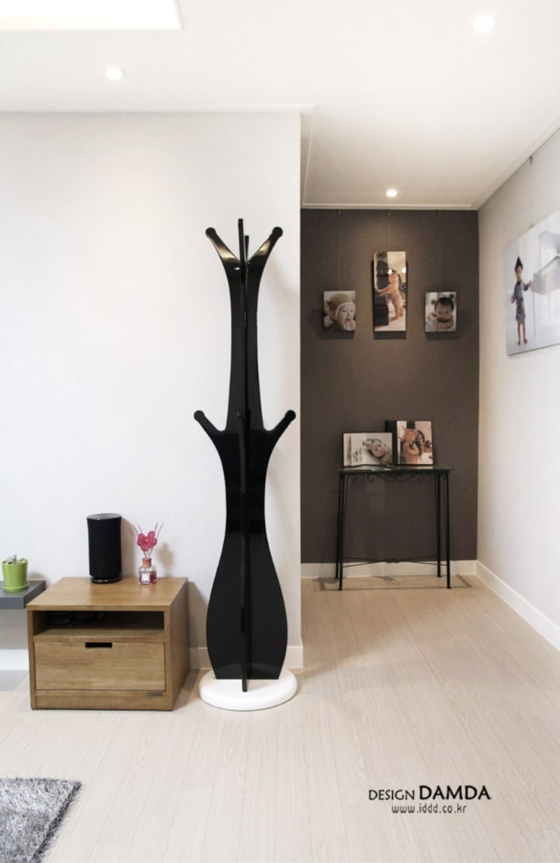 Living room by 디자인담다, Modern
