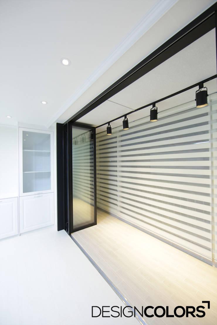 서대문구 대현동 대현럭키 32평 아파트 인테리어: DESIGNCOLORS의  거실