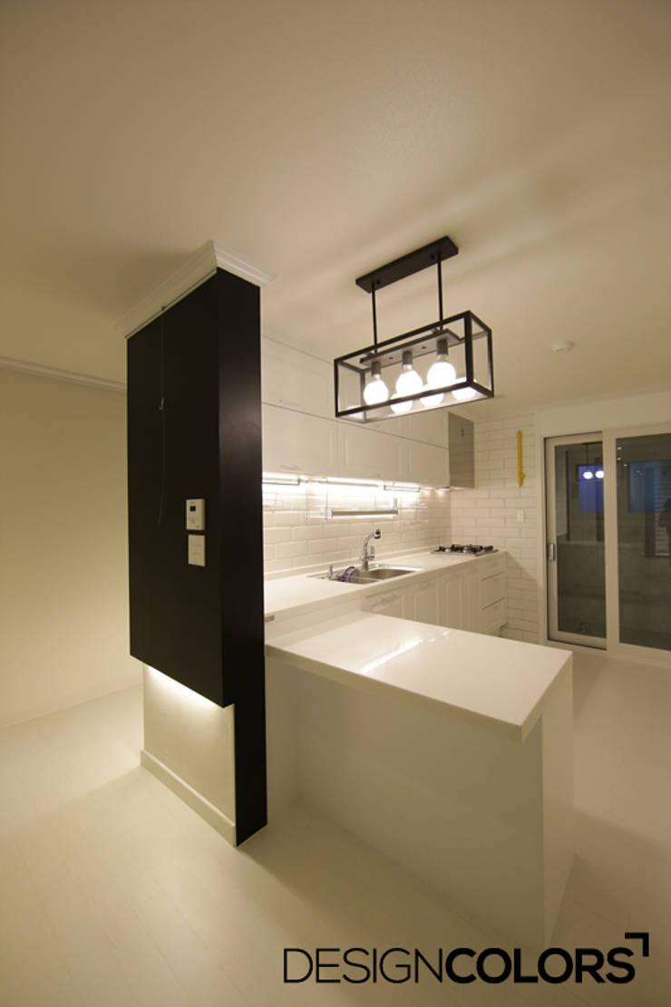 서대문구 대현동 대현럭키 32평 아파트 인테리어: DESIGNCOLORS의  주방