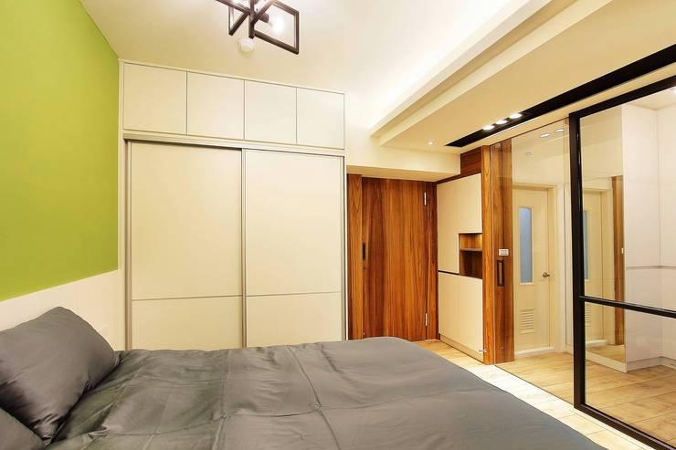 配有大型衣櫃的主臥室,收納好方便:  臥室 by 奕禾軒 空間規劃 /工程設計