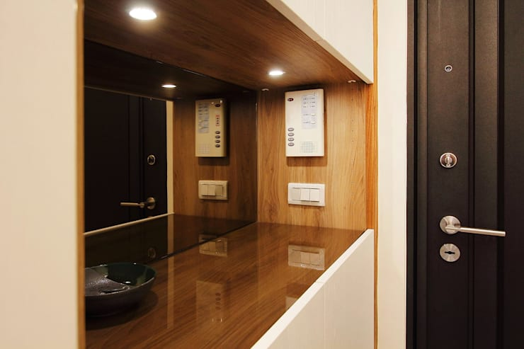 入口玄關處可以擺置鑰匙手機:  走廊 & 玄關 by 奕禾軒 空間規劃 /工程設計