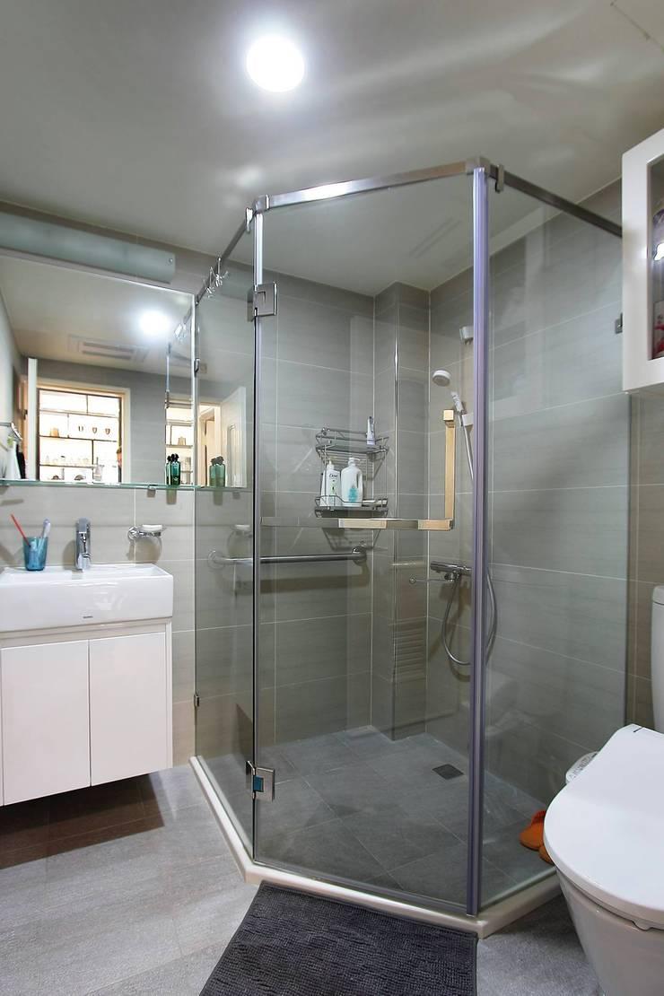 幾何形的沖澡空間:  浴室 by 奕禾軒 空間規劃 /工程設計