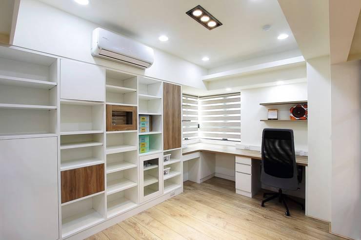 明亮大方的書房配上整層書櫃:  書房/辦公室 by 奕禾軒 空間規劃 /工程設計