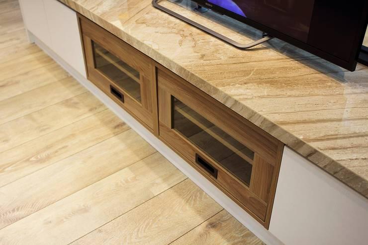 木質電視櫃:  客廳 by 奕禾軒 空間規劃 /工程設計