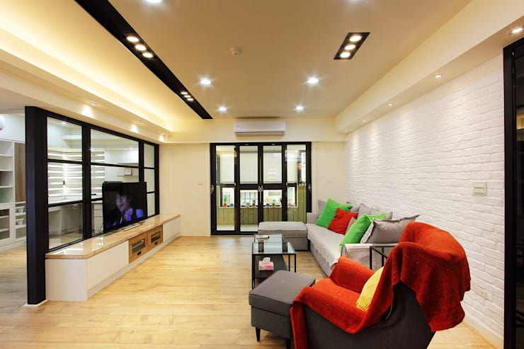木質地板的客廳一眼望去可以看到陽台:  客廳 by 奕禾軒 空間規劃 /工程設計