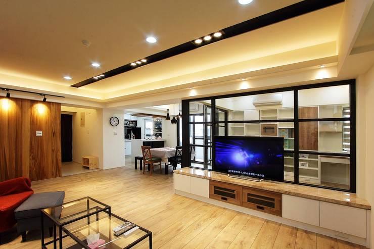開放式客廳讓人不會感到壓迫:  客廳 by 奕禾軒 空間規劃 /工程設計