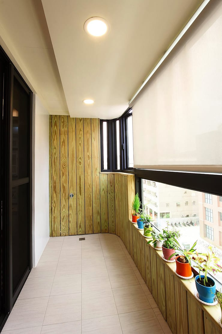 陽台的設計也能與室內一致:  露臺 by 奕禾軒 空間規劃 /工程設計