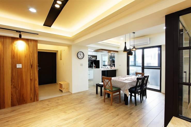 開放式的餐廳連結客廳:  餐廳 by 奕禾軒 空間規劃 /工程設計