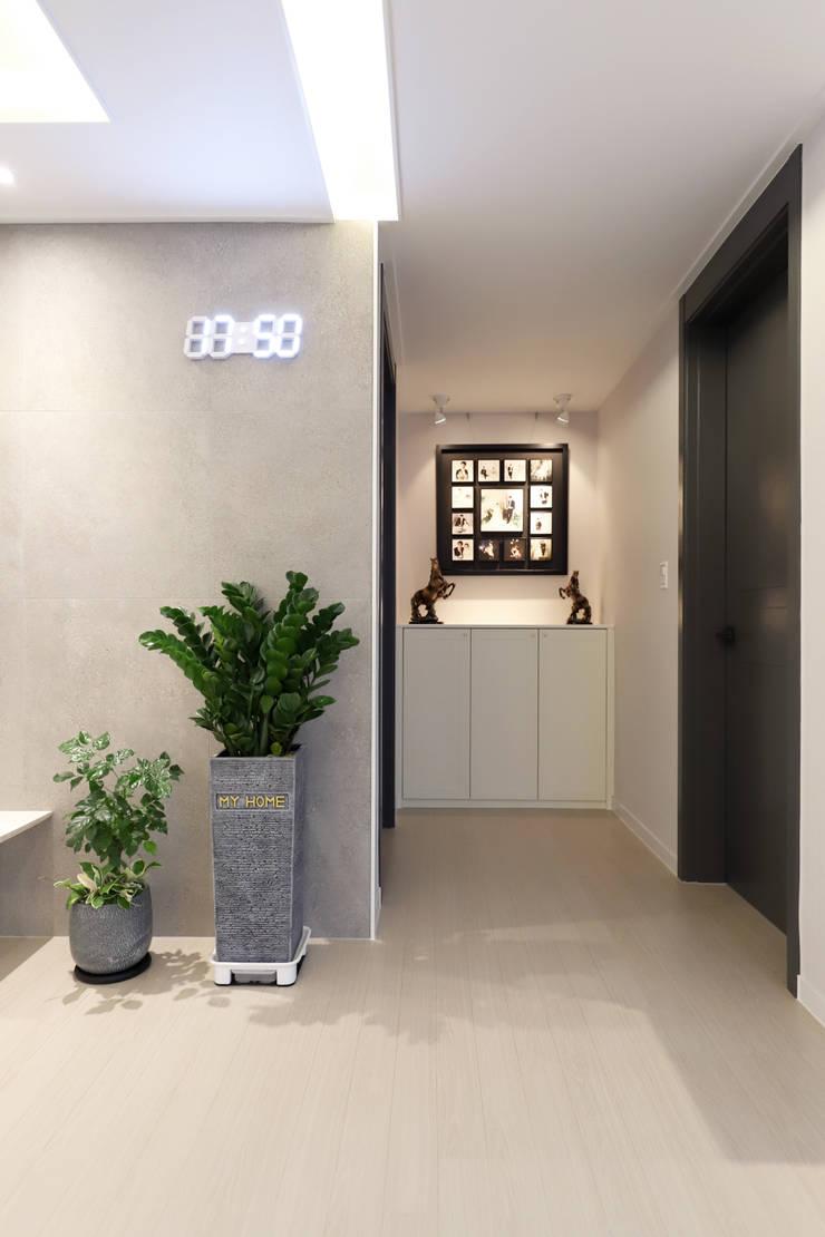 구로구 한솔아파트 38평: 디자인담다의  복도 & 현관,