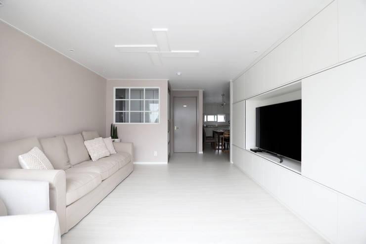 자양동 현대 2차 31평: 디자인담다의  거실