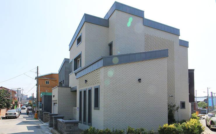 주택 외부: 더존하우징의  전원 주택,