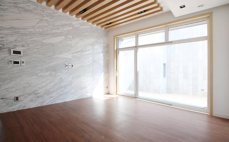 주택 내부: 더존하우징의  거실,