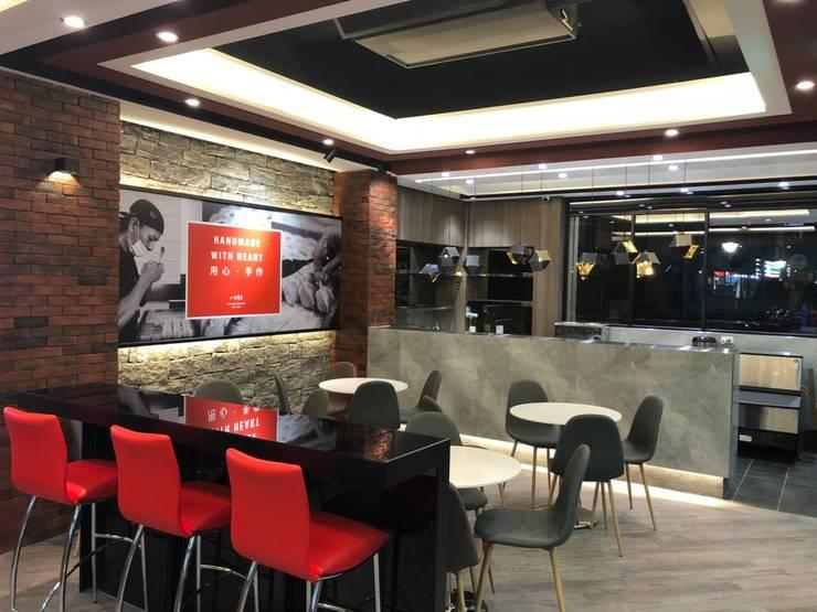 Oficinas y Tiendas de estilo  de 新綠境實業有限公司, Industrial Compuestos de madera y plástico