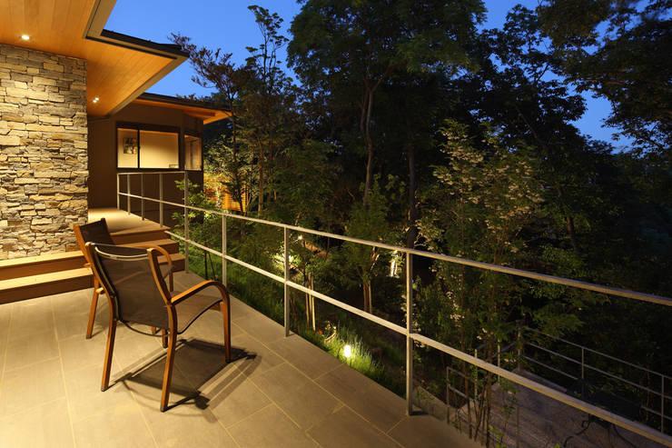 森と暮らす家  -週末住宅-: Studio tanpopo-gumi 一級建築士事務所が手掛けた別荘です。
