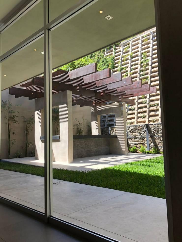 Jardines delanteros de estilo  de RFoncerrada arquitectos