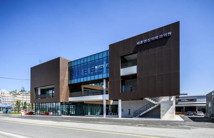 남측면: 201 건축사사무소의  주택,