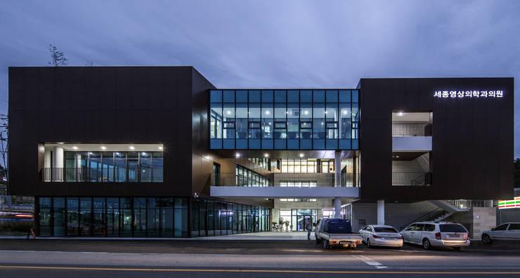 남측면 야경: 201 건축사사무소의  주택,
