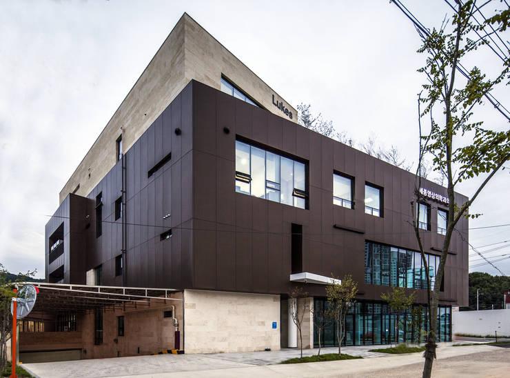 서측면: 201 건축사사무소의  주택,