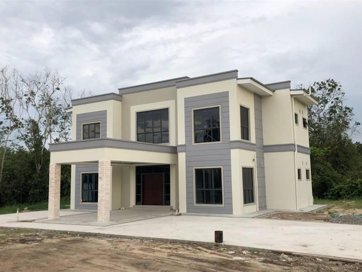 Exterior Rumah:  Rumah tinggal  by PT. Leeyaqat Karya Pratama