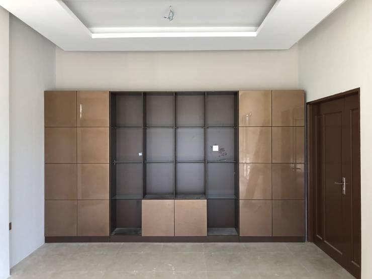 Wardrobe: modern Living room by PT. Leeyaqat Karya Pratama