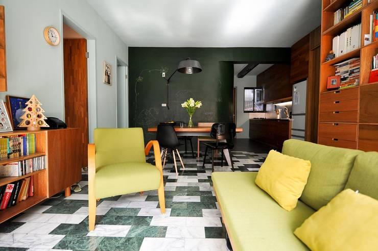 藍綠相間大理石地板:  客廳 by 直方設計有限公司