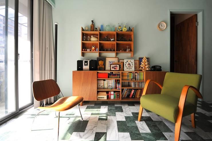 大理石地板與書櫃的搭配帶來復古風味:  客廳 by 直方設計有限公司