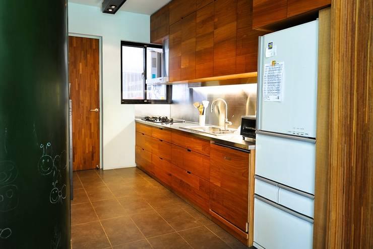 寬敞的廚房空間:  廚房 by 直方設計有限公司