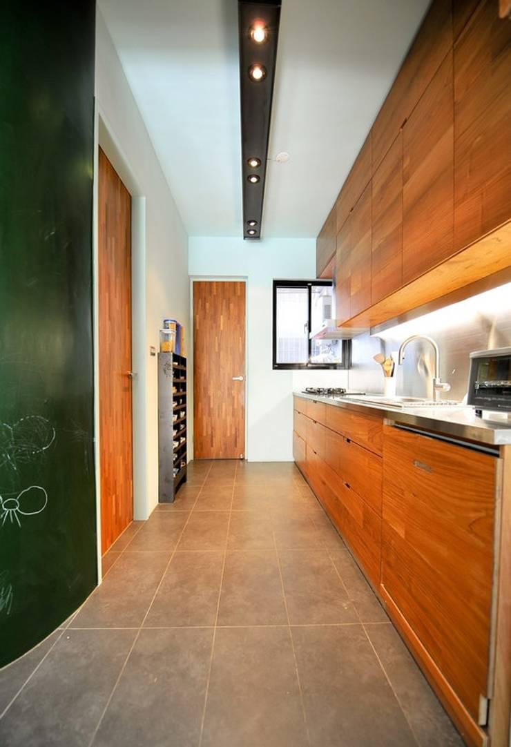 開放式廚房連接了餐廳:  廚房 by 直方設計有限公司