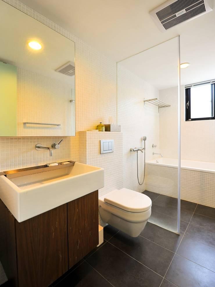 明亮的衛浴空間:  浴室 by 直方設計有限公司