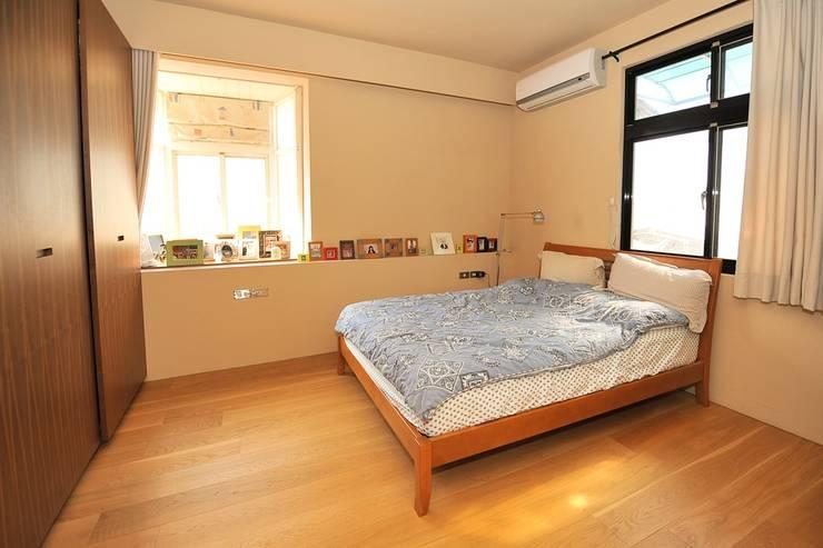 木質地板的臥房:  臥室 by 直方設計有限公司