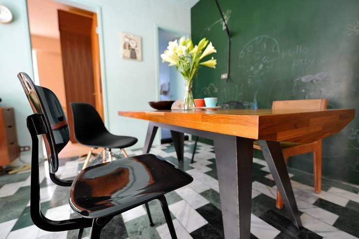 藍綠相間大理石地板與黑板相呼應:  餐廳 by 直方設計有限公司