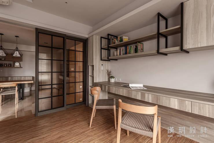 簡潔俐落的書房:  書房/辦公室 by 漢玥室內設計