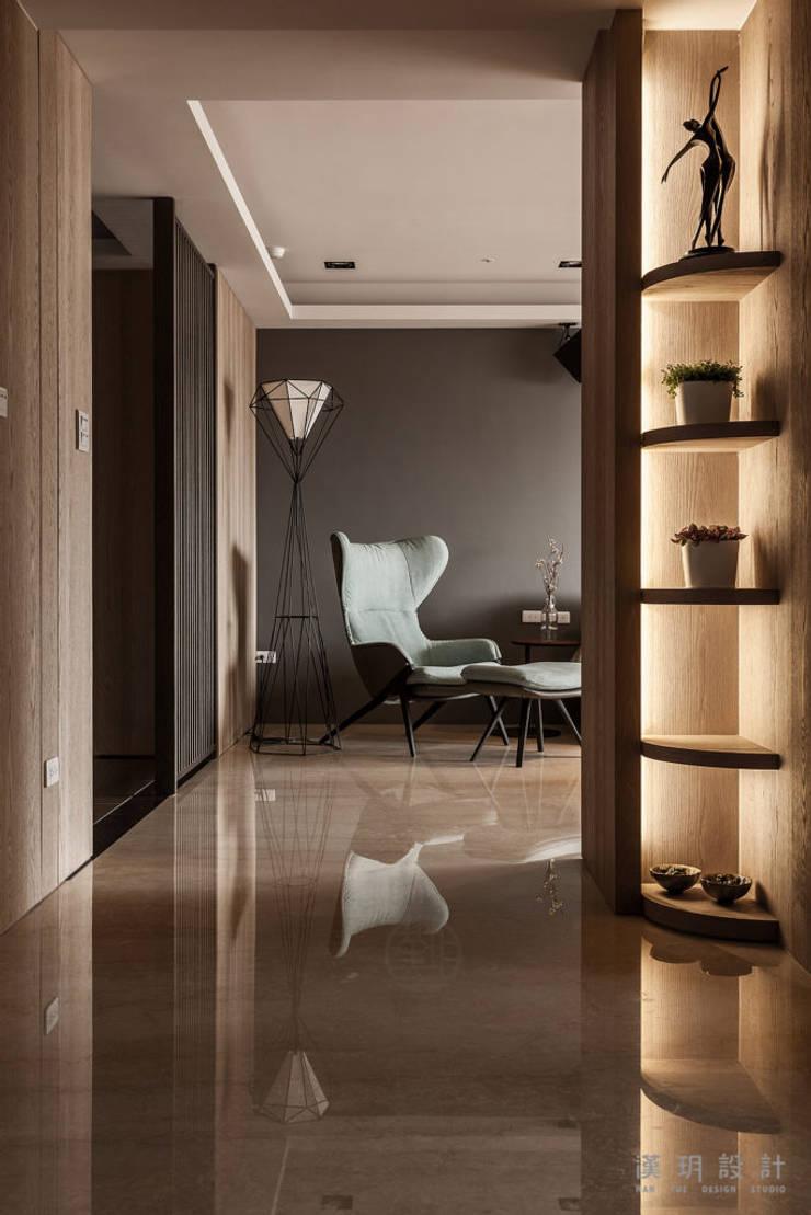 公領域則使用磁磚地板:  走廊 & 玄關 by 漢玥室內設計