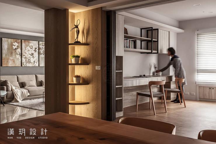 玻璃拉門隔開書房與餐廳:  餐廳 by 漢玥室內設計