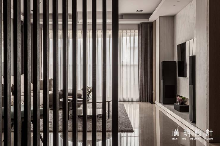 利用柵欄將客廳隔出一點神祕隱私感:  客廳 by 漢玥室內設計