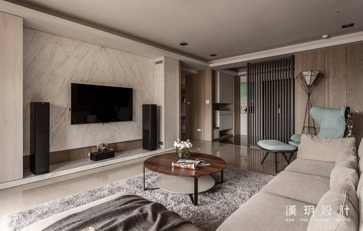 大理石紋的電視牆:  客廳 by 漢玥室內設計