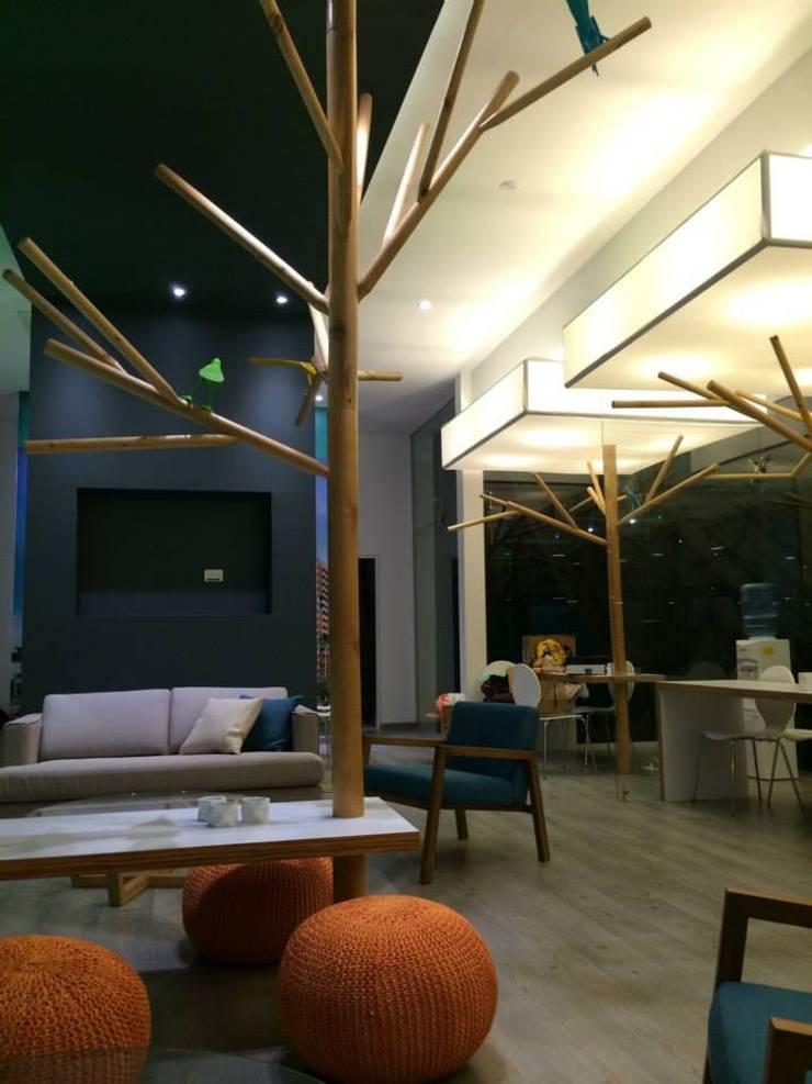 Sala de ventas NIO: Oficinas y tiendas de estilo  por QBICUS SAS