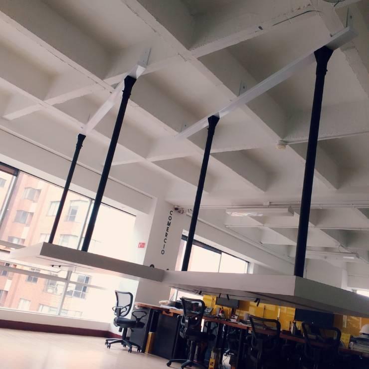 Oficina Contexto Urbano: Oficinas y tiendas de estilo  por QBICUS SAS