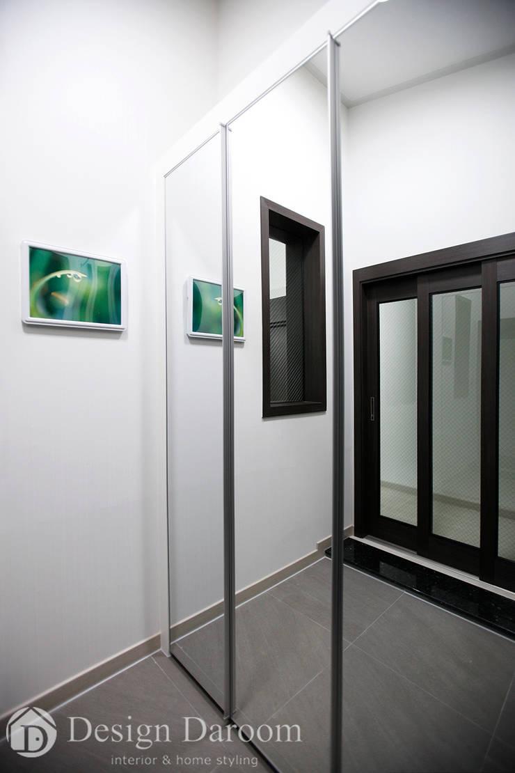 용인 신축 전원주택 A동 30py - 현관: Design Daroom 디자인다룸의  복도 & 현관,