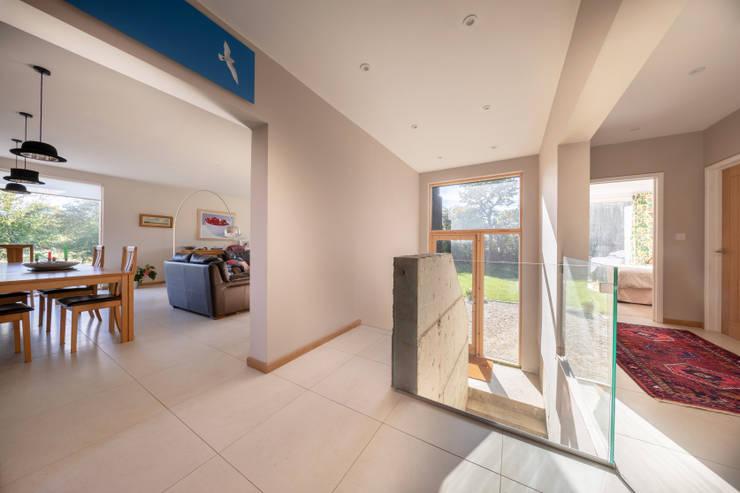 Couloir et hall d'entrée de style  par Adrian James Architects