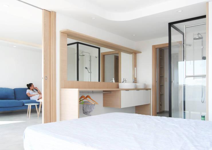 APARTAMENTO FRENTE AL MAR: Dormitorios de estilo  de Loft 26