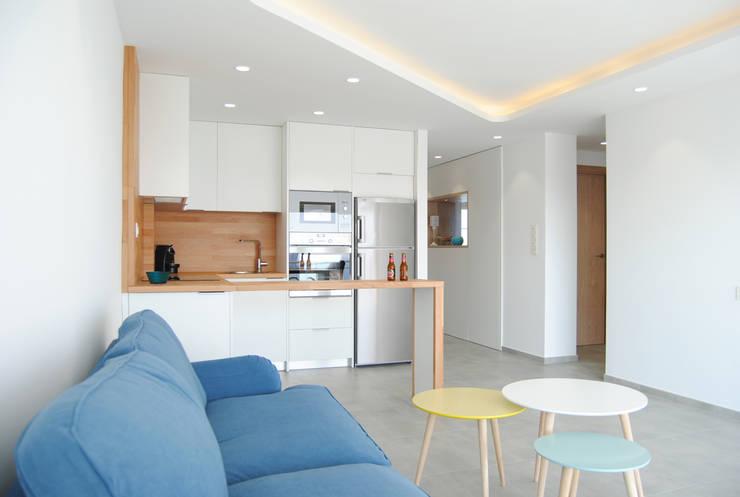 Cocina integrada en salón: Salones de estilo  de Loft 26