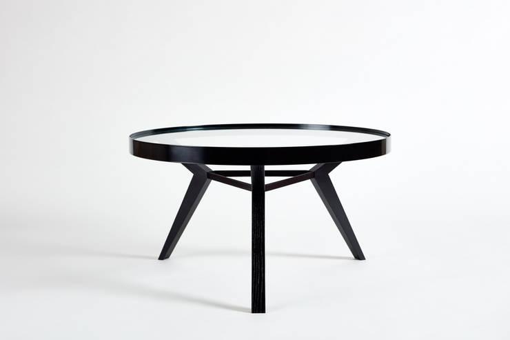 Beistelltisch und Coffeetable aus Holz, Metall und Glas:  Wohnzimmer von Neuvonfrisch - Möbel und Accessoires