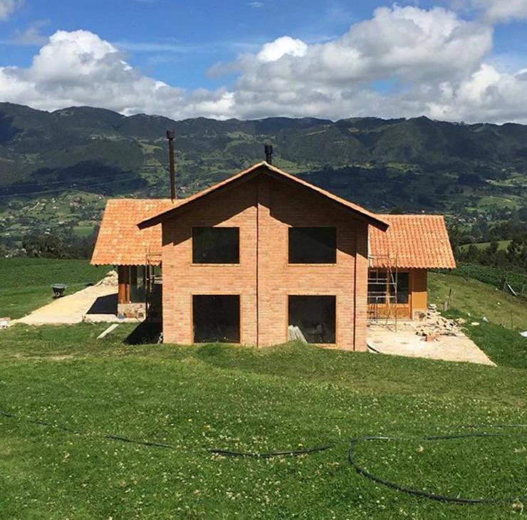 Casa Río Frio : Casas campestres de estilo  por CASA DINAMICA | Arquitectos de Interiores | Bogotá