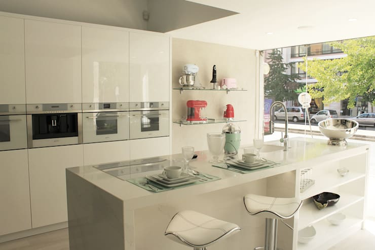 7bb15bf6055 Showroom na Av. João XXI 12 - Lisboa  Cozinha por DIONI Home Design