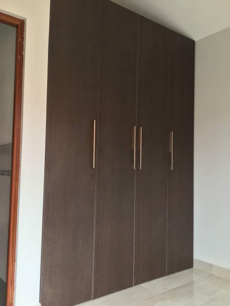 Dormitorio : Closets de estilo moderno por ARDI Madera Melamina