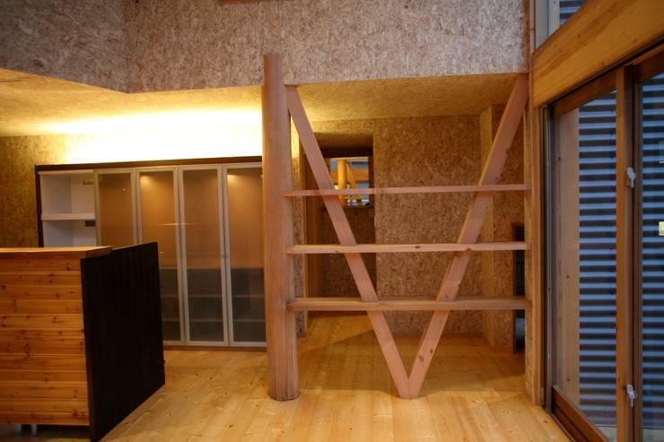 LDK 飾り棚: 株式会社高野設計工房が手掛けたリビングです。