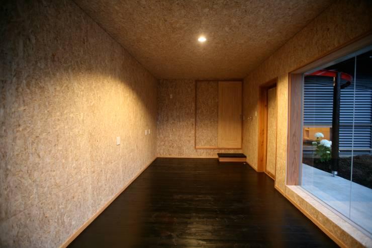 事務所: 株式会社高野設計工房が手掛けた書斎です。