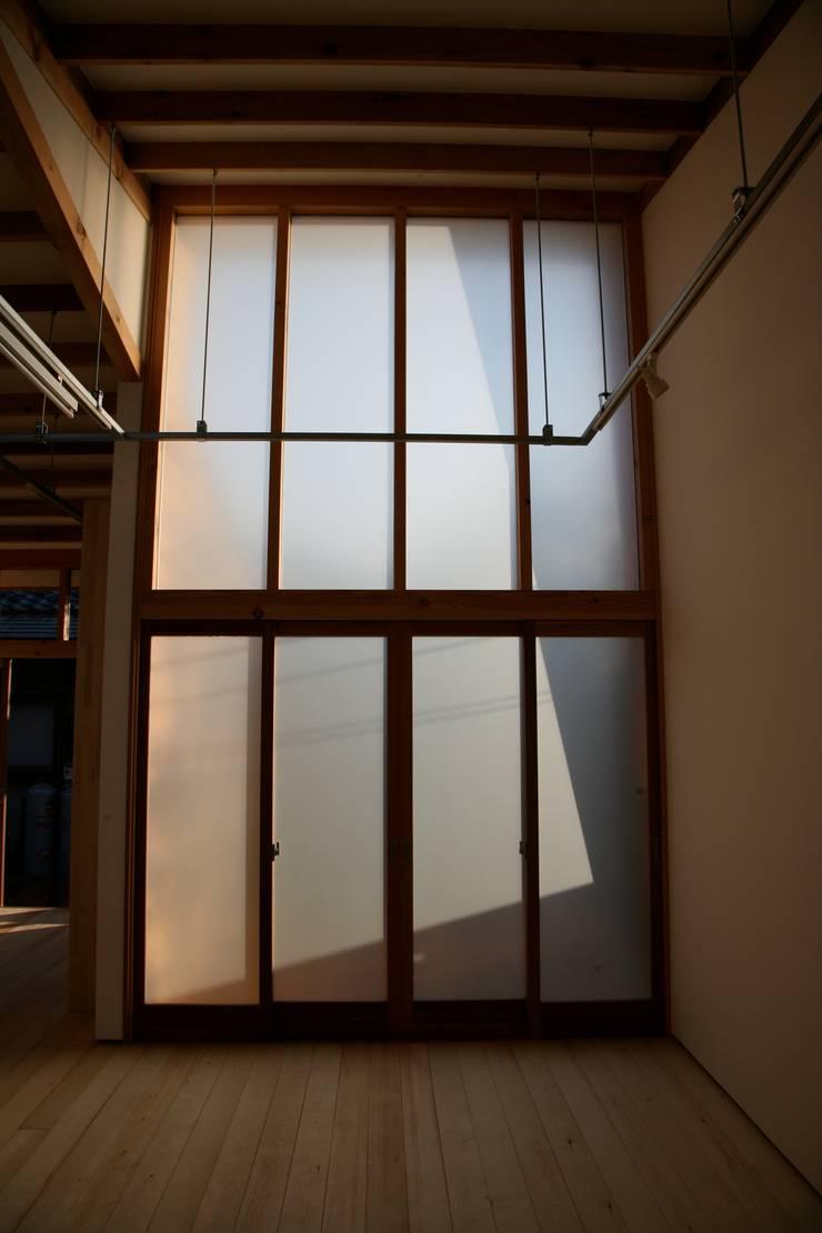 木製カーテンウォール: 株式会社高野設計工房が手掛けた書斎です。